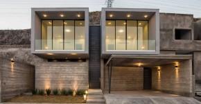 Fachada de casa moderna de dos pisos construida en hormigón