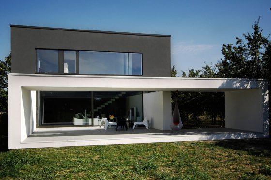 Fachada de casa moderna de dos pisos en blanco y negro