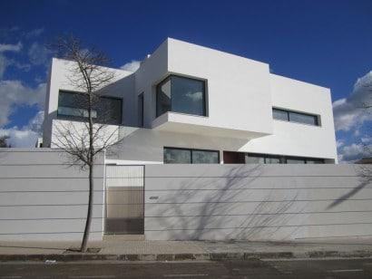 Fachada de casa moderna de dos plantas con cerco perimétrico