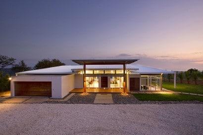 Fachada moderna de casa de campo de un piso