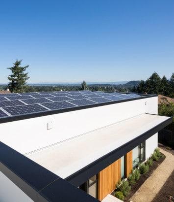 Paneles solares en techo de casa