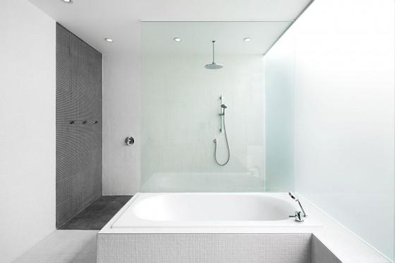 Diseño de cuarto de baño azulejos blancos