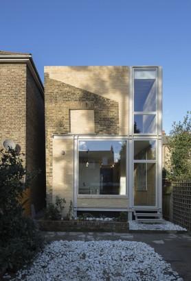 Diseño de fachada con ladrillo expuesto puertas y ventanas de cristal