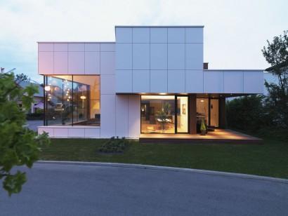 Diseño de fachada lateral de casa moderna de dos plantas