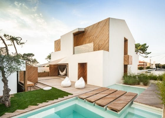 Fachada de casa moderna de dos pisos con techo a dos aguas