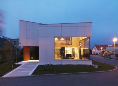Fachada de casa moderna de dos plantas con grandes ventanas