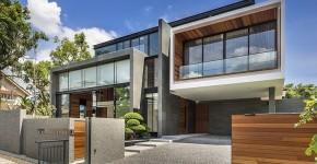 Fachada de casa moderna de hormigón con detalles de madera