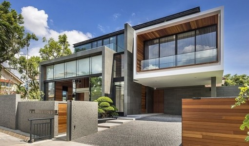 diseo de casa moderna construida en terreno grande estructura armoniza diferentes materiales de construccin