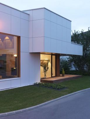 Fachada lateral de casa moderna de dos pisos