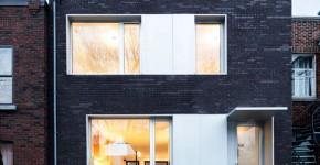 Fachada moderna de casa de dos pisos con ladrillo caravista