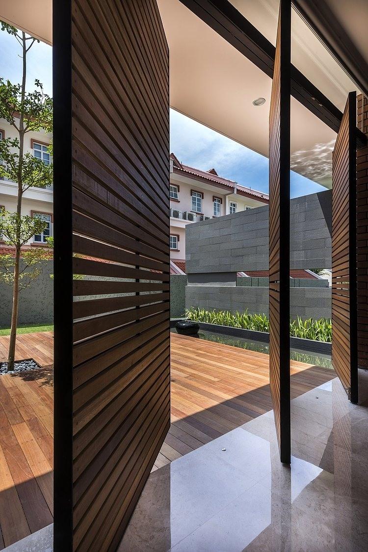 Dise o de casa moderna terreno grande construye hogar for Puertas de madera para casas modernas
