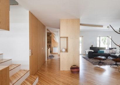 Vista de sala y pasadizo interior de casa moderna