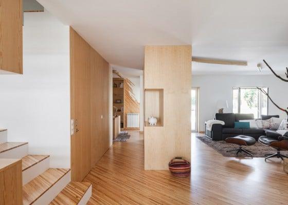 Vista de sala y pasadizo interiores de madera
