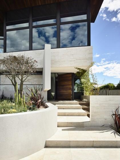 Diseño de ingreso principal a casa con escalones