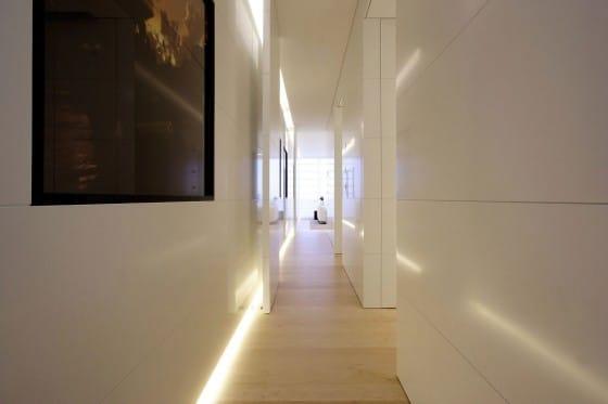 Diseño de pasadizo de departamento moderno