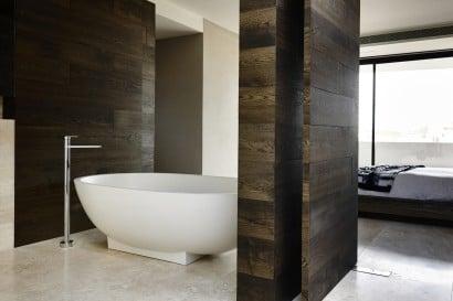 Diseño de tina frente a dormitorio paredes de madera