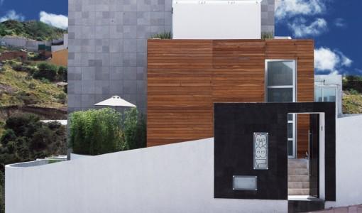 Fachada de casa moderna ubicada en esquina