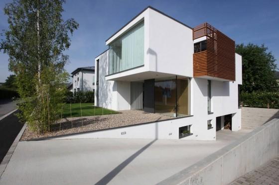 Fachada de perfil de casa moderna de dos pisos