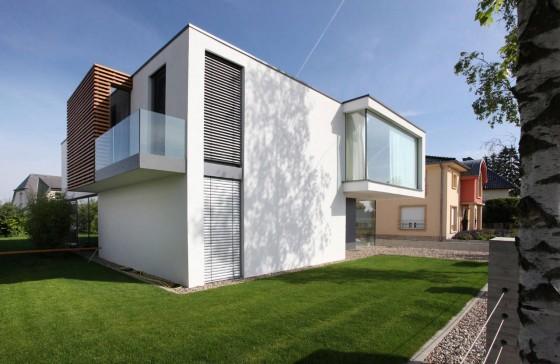 Fachada de perfil de casa moderna de dos plantas