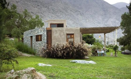Casa de campo rústica de piedra, arcilla y caña
