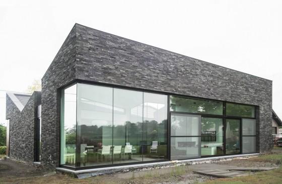 Casa moderna de un piso con piedra gris en fachada