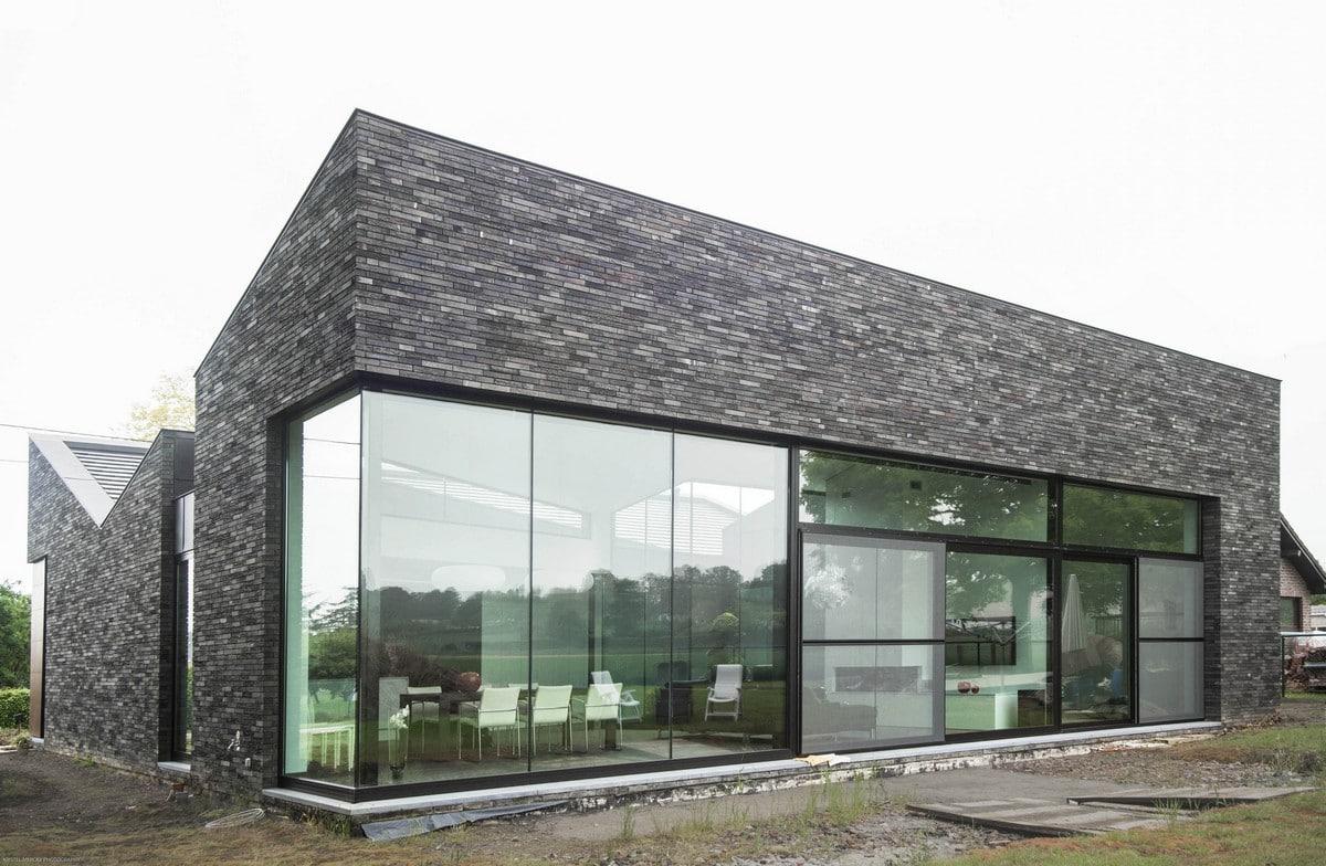 Casa moderna de un piso con fachada piedra construye hogar for Casas rectangulares