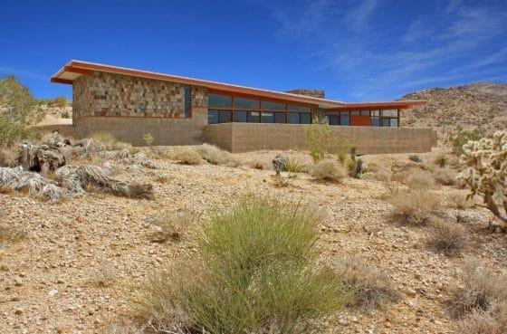 Diseño casa rural de hormigón y piedra