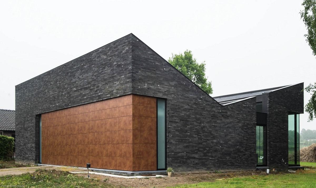 Casa moderna de un piso con fachada piedra construye hogar for Casas modernas techos inclinados