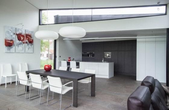 Casa moderna de un piso con fachada piedra construye hogar for Disenos de cocinas comedor modernas