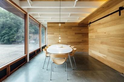 Diseño de comedor con sillas madera moderna