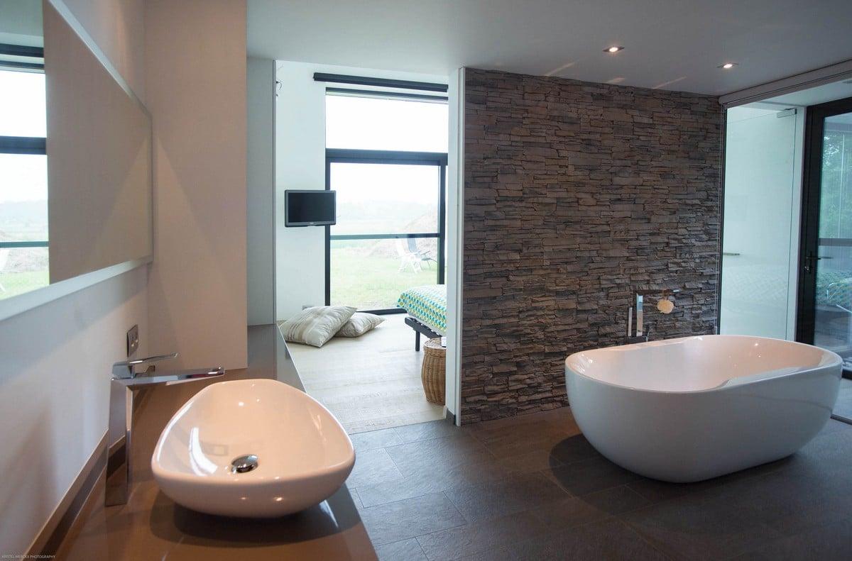 Casa moderna de un piso con fachada piedra construye hogar for Banos con jacuzzi
