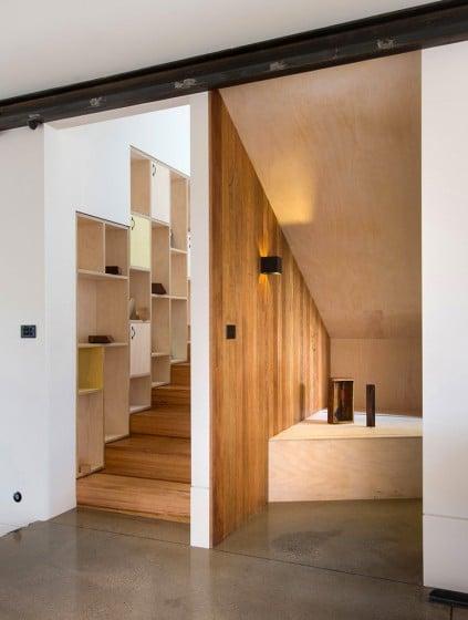 Diseño de escaleras de madera con estantes