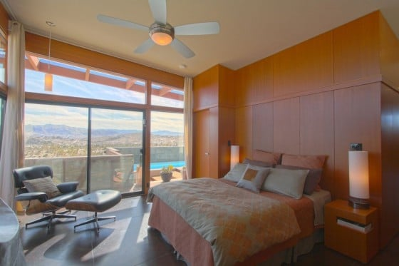 Dormitorio con paredes de madera natural