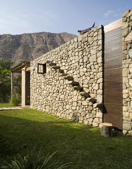 Gradas de piedra integrada a pared