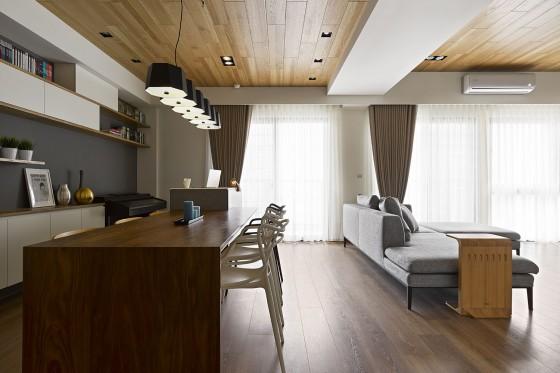 Vista de sala comedor apartamento con techo de madera