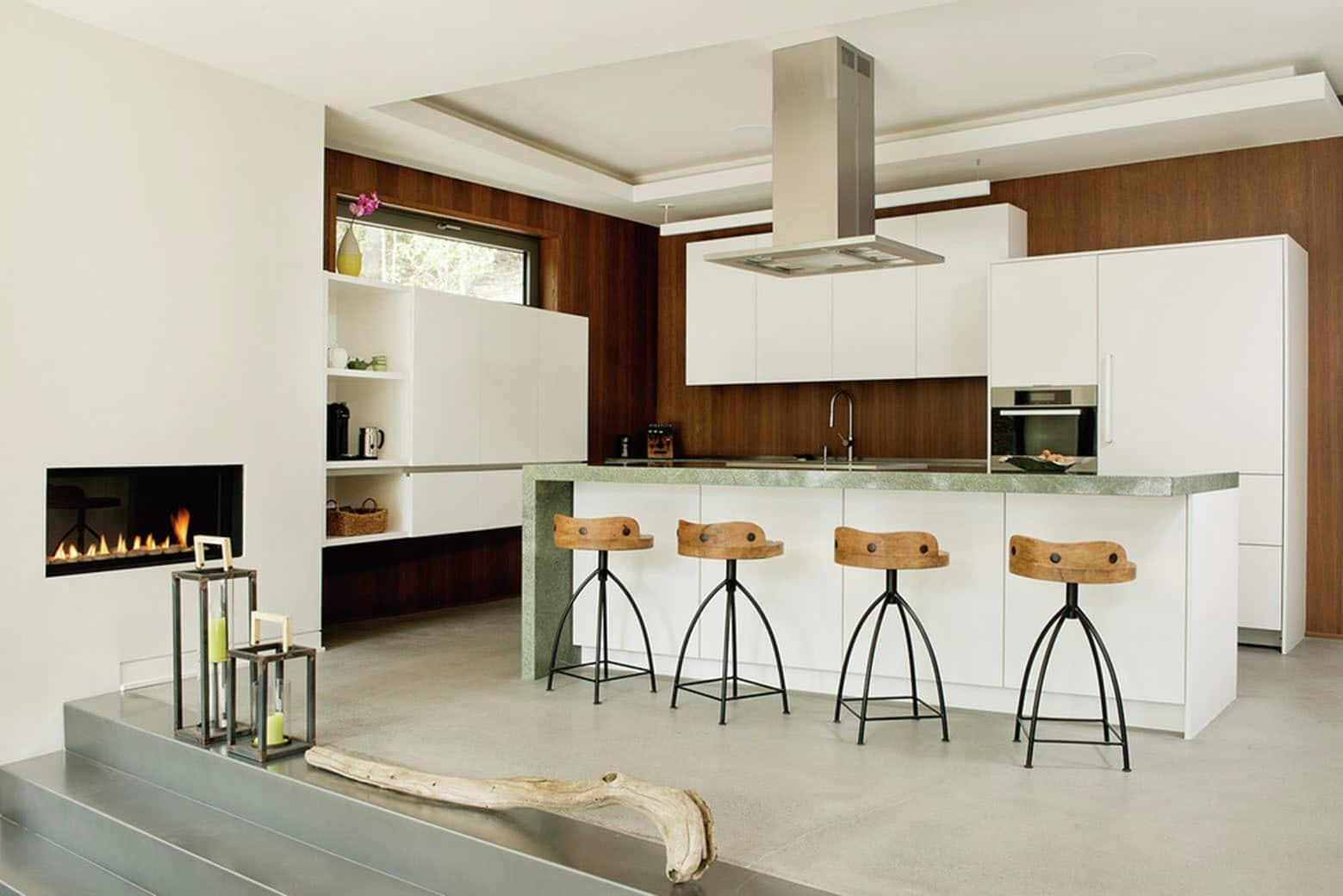 Casa de campo moderna de dos pisos en desnivel construye for Cocinas con muebles