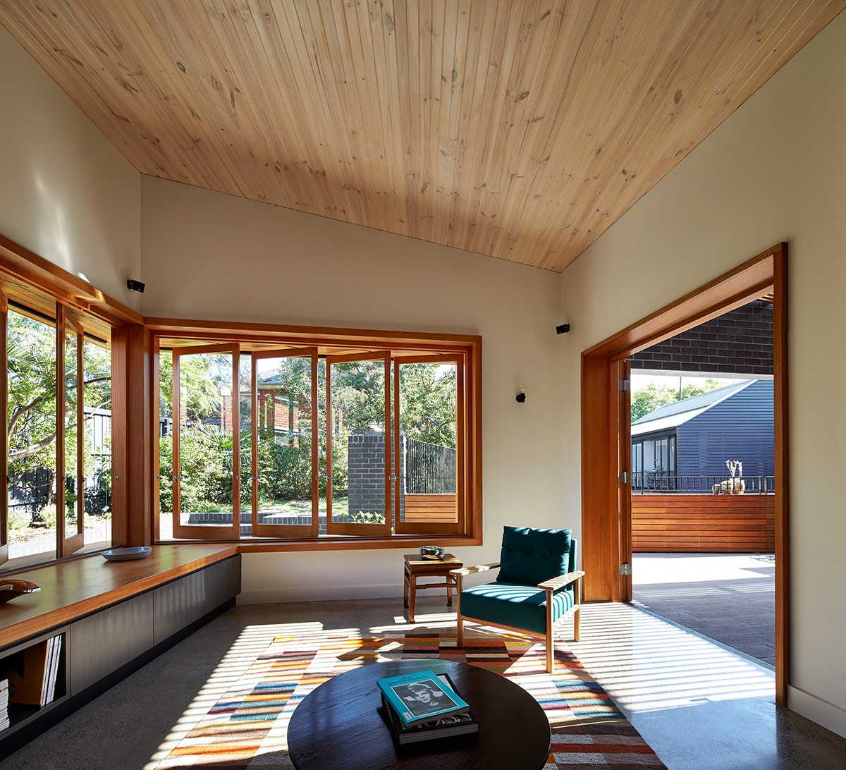Casas moderna un piso con ladrillo construye hogar for Ventanas en madera para interiores
