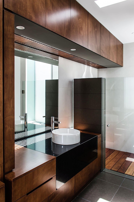 Dise o casa moderna de un piso construye hogar for Banos interiores para casa