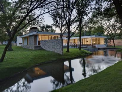 Diseño de casa de un piso con lago artificial
