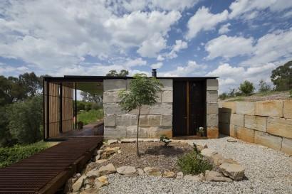 Fachada de casa rústica con bloques de concreto