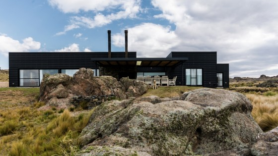 Fachada principal de casa de campo con paneles corrugados