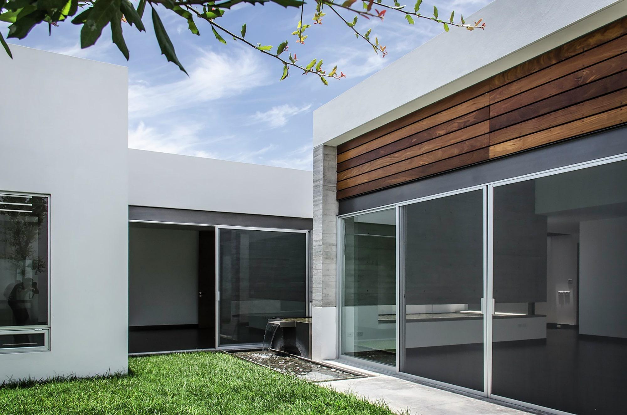 jardines y pasadizos exteriores grandes ventanas de casa moderna