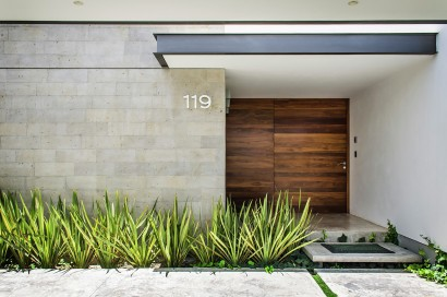 Puerta principal de casa moderna de hormigón
