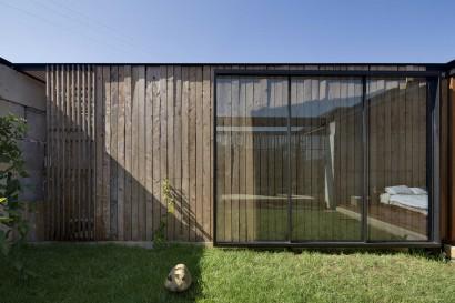Varillas de madera rústica en fachada