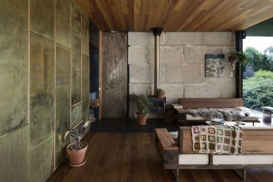 Vista de sala rústica con pequeña chimenea