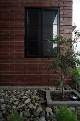 Detalles de ventana con pared de ladrillos caravista