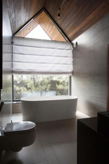 Diseño de cuarto de baño bien iluminado