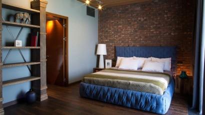 Dormitorio con pared de ladrillos caravista