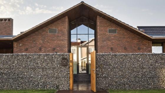 Fachada de casa con techos a dos aguas estilo rural