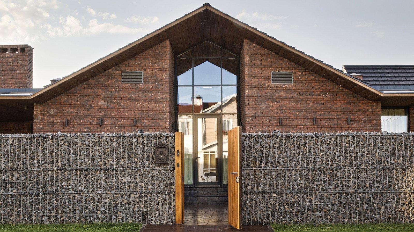 Fachada de casa con techos a dos aguas estilo rural for Techos exteriores para casas